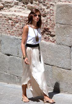el blog de silvia - Look total Mango: falda larga vaporosa, blusa de tirantes blanca, cinturón ancho y sandalias planas