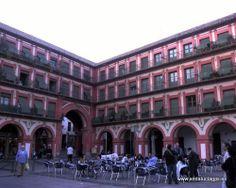 """#Córdoba - Plaza de la Corredera - 37º 53' 0"""" -4 46' 28"""" / 37.883333, -4.774444 La Corredera es una de las plazas más populares de Córdoba, está situada en el centro de la ciudad, a la bajada de la calle Rodríguez Marín o Espartería. Tiene su entrada y salida a través de los arcos alto y bajo. La Plaza de La Corredera está constituida por un amplísimo rectángulo con galería inferior porticada, corrida por todo su perímetro, salvo en su lado sur donde sólo existe en un tramo muy corto."""