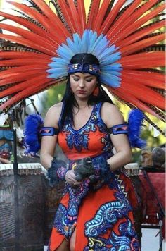 MEXICO - Copillis-love the colorful plumage she wears as a crown. Maya, Mexican Art, Mexican Style, Aztec Culture, Aztec Warrior, Aztec Art, Native American Beauty, Foto Art, Native Indian