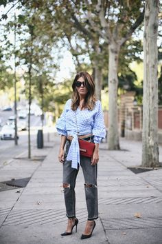 Shirt in Gingham Check   Mi Armario en Ruinas. Blue and white gingham blouse+grey ripped jeans+black stilettos+red shoulder bag+sunglasses. Late Summer Outfit 2016