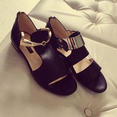 Sandali Flat Albano realizzati in pelle nera ed impreziositi da accessori color oro