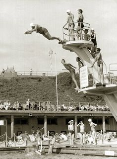Old lady diving, Brighton 1960, Mirrorpix Reproduktion