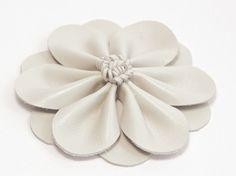Tutoriel DIY: Réaliser une fleur en cuir pour cheveux via DaWanda.com