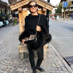 De Marquet - Raffaella Iten Metzger: mountain chic. This is the perfect mountain winter look, featuring a black cashmere poncho with fur trimming, black skinny jeans and a Night&Day bag by De Marquet with a leopard print cover. Leopard print handbags are perfect for this fall-winter season. Winter Season, Fall Winter, Metzger, Relax, Cashmere Poncho, Day Bag, Day For Night, Winter Looks, Fur Coat