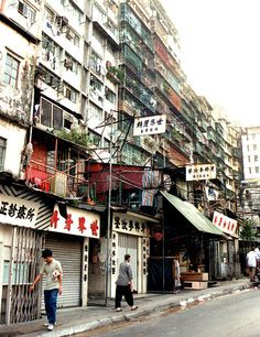 Image 8 of 9 from gallery of Here's What Western Accounts of the Kowloon Walled City Don't Tell You. Kowloon Walled City in Image © Roger Price via Wikimedia licensed under CC BY Kowloon Walled City, Hong Kong, Zona Colonial, Asia, Strange Places, Slums, China Travel, Park City, Historical Sites