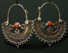 Afghanistan | Silver and coral hoop earrings from the Hazara people | ca. mid 1900s | 79€