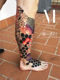 Artist ABEL MIRANDA Φ Info & Citas: 93 2506168 - E-mail: info @ logiabarc . - Des tatouages encore et encore - Tattoo - Tatouage Hexagon Tattoo, Geometric Sleeve Tattoo, Leg Sleeve Tattoo, Leg Tattoos, Arm Band Tattoo, Black Tattoos, Body Art Tattoos, Geometric Tattoos Men, Mandala Tattoo