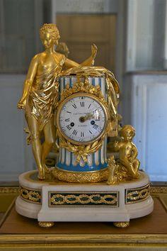 un-monde-de-papier:  Château de Versailles, petit appartement de la reine: pendule par Charles-Nicolas dutertre. Photo: cchttp://commons.wi...