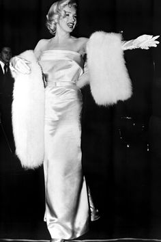 Travilla and Marilyn doing a fitting Marilyn Monroe: High Fasion! Marilyn Monroe ALWAYS knew what looked perfect on her and was simpl. Estilo Marilyn Monroe, Marilyn Monroe Stil, Marilyn Monroe Photos, Old Hollywood Glamour, Classic Hollywood, Old Hollywood Dress, Hollywood Fashion, Cinema Tv, Greta