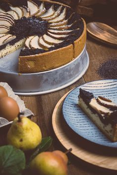 Birnentarte mit Topfen und Mohn Der Herbst ist da und mit ihm herrlich aromatische Birnen. Was viele nicht wissen? Birnen und Mohn sind die perfekte Kombination. Was in den klassischen Tiroler Kirchtagskrapfen seit Jahrhunderten perfekt harmoniert, wird in Kombination mit einer cremigen Topfenschicht zu einer wahren Geschmacksexplosion. - mann backt Tiramisu, Food And Drink, Pie, Desserts, Ethnic Recipes, Sacher, Austria, Brownies, Breads