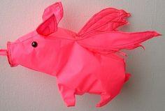 cerdo volador rojo brillante