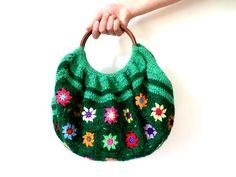 Sac boule au crochet fleurs sur fond vert pré, anses en bois : Sacs à main par handmade-chaumont
