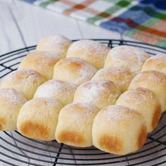 Kneadless milk bread – Sweet World Ideas Filet Mignon Chorizo, Bonbon Caramel, Bread Recipes, Cooking Recipes, Homemade Dinner Rolls, No Knead Bread, Tasty, Yummy Food, Comfort Food