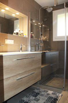 salle de bain avec meuble double vasque bois et blanc avec douche a l italienne et paroi de douche en verre avec volet ouvrant