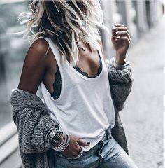 On ne se lasse pas du mix #dentelle fine sous débardeur loose & grosse maille #mode #fashion