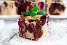 Leciutkie ciasto łaciate z wiśniami o biszkoptowej konsystencji. Dwukolorowe o smaku waniliowo-kakaowym i świeżymi owocami sezonowymi. Food Cakes, Picky Eaters, Tiramisu, Cake Recipes, Sweet Tooth, Food And Drink, Sweets, Baking, Fruit