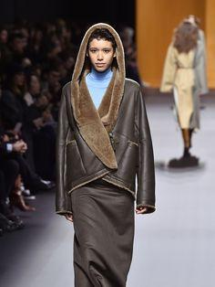 Nadège Vanhee-Cybulski continue l'hiver prochain d'explorer les classiques d'Hermès pour mieux les décontracter. Images....