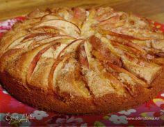Мне кажется, что осенние пироги с яблоками, грушами и сливами никогда не надоедают — в них есть прекрасная простота, они создают домашнее настроение, к тому же такой пирог не купить ни в какой конд...