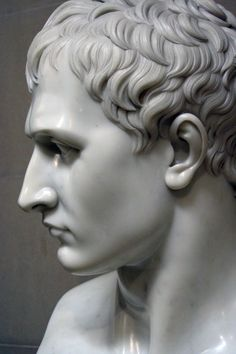 Napoleon by Antonio Canova - increíble el realismo de una escultura...