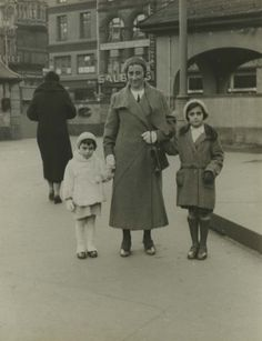 Edith Frank with Margot and Anne Frank on March 10, 1933 at the Hauptwache, a well-known square in the centre of Frankfurt am Main.