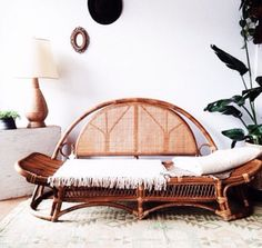 Beautiful old bohemian day bed in rattan with Cane back. Beautiful !!