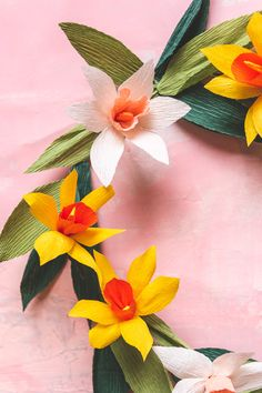 DIY Spring Wreath Made of Paper Daffodils - The House That Lars Built Diy Spring Wreath, Wreath Supplies, Wreath Forms, Paper Crafts For Kids, Summer Diy, Crepe Paper, How To Make Wreaths, Diy Craft Projects, Daffodils