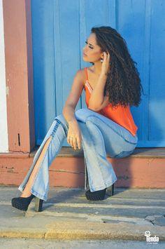 Peças que não podem falar em seu guarda-roupa da temporada primavera/verão - blusas de alcinhas em várias cores, prezando os tons vivos, como o alaranjado, e a calça jeans, que existe para resistir sendo moda em todas as estações.   Dicas de moda em nosso blog: www.lojastenda.com.br/blog/