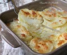 Patate alla savoiarda. Patate cotte al forno con latte e formaggio filante, molto gustose.