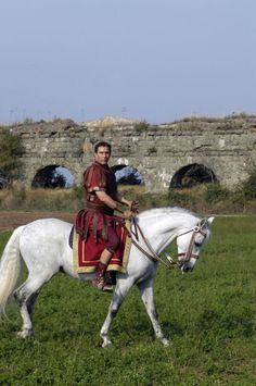 Love the way they hid the stirrups (which weren't introduced into Europe until the Century A. Rome Tv Series, Hbo Series, Rome Costume, Movie Costumes, Ancient Rome, Ancient Greece, Rome Hbo, Historical Tv Series, Roman Clothes