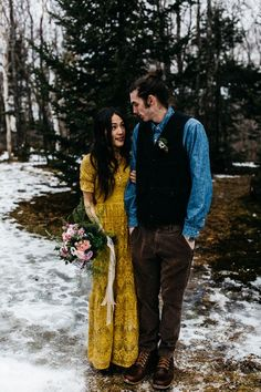 This alternative fall wedding inspiration features the snowy Vermont woods, tons of blankets, winter inspired florals, and cozy romance! Mustard Wedding Dresses, Green Wedding Dresses, Wedding Dresses With Straps, Floral Wedding Gown, Maxi Dress Wedding, Alternative Wedding Dresses, Bridal Outfits, Vera Wang, Just In Case