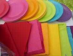 rainbow assiettes pour un buffet arc-en-ciel