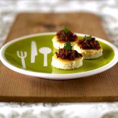 Una receta olvidada casi en Chile, pero que se encuentra en los recetarios más antiguos, los canapé de charqui. Dale un toque único a tus fiestas.