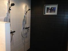 Muurattu väliseinä suihkutilassa. Ikkunaseinällä laattana Värisilmän Touch 10x30