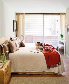 Já falei muito sobre cortinas por aqui. Agora vou falar sobre persianas. Além de decorar, elas protegem sua casa contra os efeitos do sol (manchas e desbotamento de tecidos, pisos, etc. e tbém calor excessivo), o vento, barulho e poluição ,mantém sua privacidade e controlam a luminosidade. Podem ser inseridas em conjunto com cortinas, uma opção atual e bastante versátil para o controle da luz...