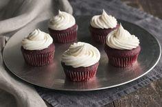 Que nombre más curioso, ¿verdad? Pues es un postre originario de los Estados Unidos, y se debe al llamativo color que en su formato original adquieren estos pastelitos rellenos, y aunque su presentación parezca más la de una comida rápida, los cupcakes de terciopelo rojo o red velve
