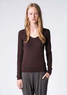 Die hautschmeichelnde Mischung aus Merino- und Baumwolle verleiht diesem Feinstrick-Pullover einen ausgezeichneten Tragekomfort. Der gerundete V-Ausschnitt und die langen Ärmel unterstreichen den unkomplizierten Look. Aus 50% Baumwolle 50% Schurwolle....