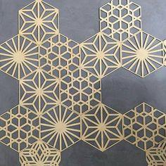 A Mosarte Lab lançou um novo e diferenciado revestimento. A coleção PLIC é formada por peças recortadas no laminado de bambu desenhos variados e autoadesivas. As placas são produzidas nas cores natural branca azul turquesa e grafite. Além de bonito o revestimento é de fácil aplicação e a composição do desenho final fica por conta da criatividade. Sua decoração com um item exclusivo. @olhardemahel @mosarte #parede #decoração #revestimento #home #homedecor #olhardemahel #wall…
