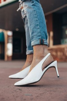 Prom shoes have to look good, but also keep you on your feet pain free all night. If you want to be cute, here are 12 prom shoes that will keep you comfy! Heels Outfits, Denim Outfits, Colorado Fashion, Spring Heels, Cute Spring Outfits, White Heels, Prom Shoes, Trendy Shoes, Behr