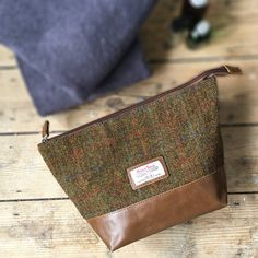 Genuine Harris Tweed washbag Part of our new tweed collectionAvailable in this traditinal brown / green tweed or a classic blue or grey  Matching design in a Hip Flask, holdall, satchel, cufflinks storage box and wallet. See our storefront for more Tweed products.Harris Tweed Stornoway Washbag This Harris Tweed washbag can be used everyday for use at the gym or your home or is great for travel on business trips or vacations. Genuine Harris Tweed Fabric covers the front of this bag with a...