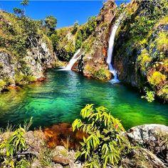 O complexo de cachoeiras do Rio da Prata fica a 67 Km de Cavalcante (GO). Existem quatro quedas próximas uma das outras, todas com pequenos lagos. Paisagem deslumbrante! Foto: @embarcou