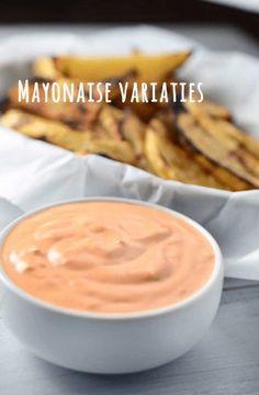 """Eerder hebben we al geschreven om zelf je mayonaise te maken i.p.v. een kant en klaar product. Niets smaakt lekkerder dan vers in de eigen keuken. Voor het recept van mayonaise, zie onze andere blog over """"zelf mayonaise maken"""". Dit keer willen we het hebben over heerlijke mayonaise variaties. Kerry mayonaise Kerrie is een heerlijke … Homemade Mayo Recipe, Vinaigrette Dressing, Snacks, Dip Recipes, Dips, Food And Drink, Yummy Food, Chutney, Eat"""