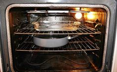 Clean oven: preheat oven to put ammonia in glass pan on top shelf and container of boiling water below it. Close oven door and let sit over night. Open door for 15 minutes to air before wiping clean with the ammonia, some dish detergent and can use a Oven Cleaning, Cleaning Hacks, Cleaning Wipes, Homemade Oven Cleaner, Cleaners Homemade, Homemade Cleaning Products, Natural Cleaning Products, Fee Du Logis, Glass Pan