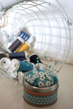 Bonne idée ! Recylcer une petite boîte de thé Kusmi Tea en pique-aiguilles.