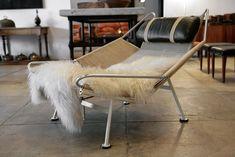 Flag Halyard Chair   看上去充滿度假感的《Flag Halyard Chair》,靈感成形的確是在韋格納度假時,當時韋格納與家人一同前往丹麥的奥爾胡斯(Åarhus)旅遊,就像小孩子會在沙灘上畫畫一樣,韋格納在沙灘上畫的則是設計,因而誕生了這款以鍍鉻鋼管為結構、以升旗繩編織成椅身的旗繩椅。 頗具現代感的《Flag Halyard Chair》光是椅身就用了 240 公尺長的升旗繩,繩子材質是由 PP Møbler 和 Århus Possement Fabrik A/S 織物公司共同開發出來,以天然亞麻線圍繞著一層又一層的堅硬材質編織而成。