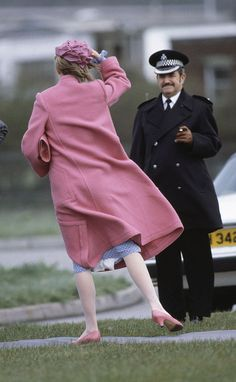 British Royalty, bridgend, South Wales, Circa Princess Diana holds her hat as she boards a helicopter (Photo by Bob Thomas/Popperfoto/Getty Images) Princess Diana Dresses, Princess Diana Rare, Princess Diana Pictures, Prince And Princess, Princess Of Wales, Real Princess, Prince Harry Diana, Diana Memorial Fountain, Princess Diana Memorial