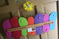 This festive sign is made from upcycled flip-flops! What a fun way to welcome su. - This festive sign is made from upcycled flip-flops! What a fun way to welcome su. Summer Diy, Summer Crafts, Summer Ideas, Flip Flop Craft, Hawaian Party, Crafts To Make, Diy Crafts, Flip Flop Wreaths, Summer Door Wreaths