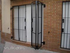 Instalacion de ventanas seguridad granada Grill Gate, Door Grill, Gate Design, Door Design, Home Room Design, House Design, Burglar Bars, Window Bars, Balcony Grill