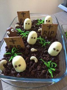 halloween snacks – Graveyard Earth of Teremoto Plat Halloween, Buffet Halloween, Halloween Mignon, Halloween Bebes, Dessert Halloween, Looks Halloween, Cute Halloween Costumes, Halloween Food For Party, Halloween Treats