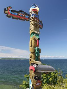 Totem pole in Powell River, Vancouver Island, B. American Indian Art, Native American History, Native American Indians, Totem Pole Art, Le Totem, Sunshine Coast, Ottawa, Native American Totem Poles, Arte Haida