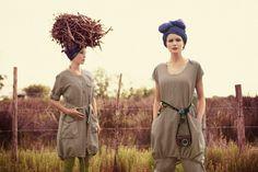 Frühjahrskollektion 2014 - Das beste Outfit in Busch und Savanne: zu Premierenpreisen! Links ein Mantel aus Leinen und Baumwolle und rechts Joanna im Kleid über der praktischen Hose.